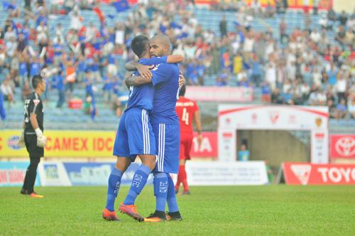 Claudecir (bên phải) lập cú đúp giúp Quảng Nam giành lại ngôi nhất bảng. Ảnh: T.VY