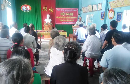 Ngành tư pháp huyện Đại Lộc tuyên truyền pháp luật tới tận khu dân cư. Ảnh: H.L