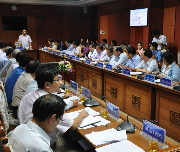 Ảnh: Chủ tịch UBND tỉnh Đinh Văn Thu phát biểu gợi ý một số nội dung cần tập trung thảo luận tại cuộc họp. Ảnh: N.Đ