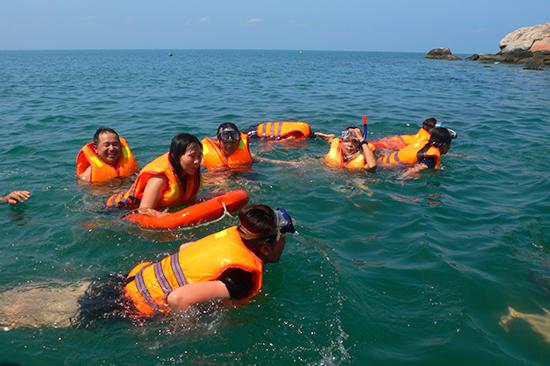 Dịch vụ lặn ngắm san hô luôn thu hút khách. Ảnh:Q.H