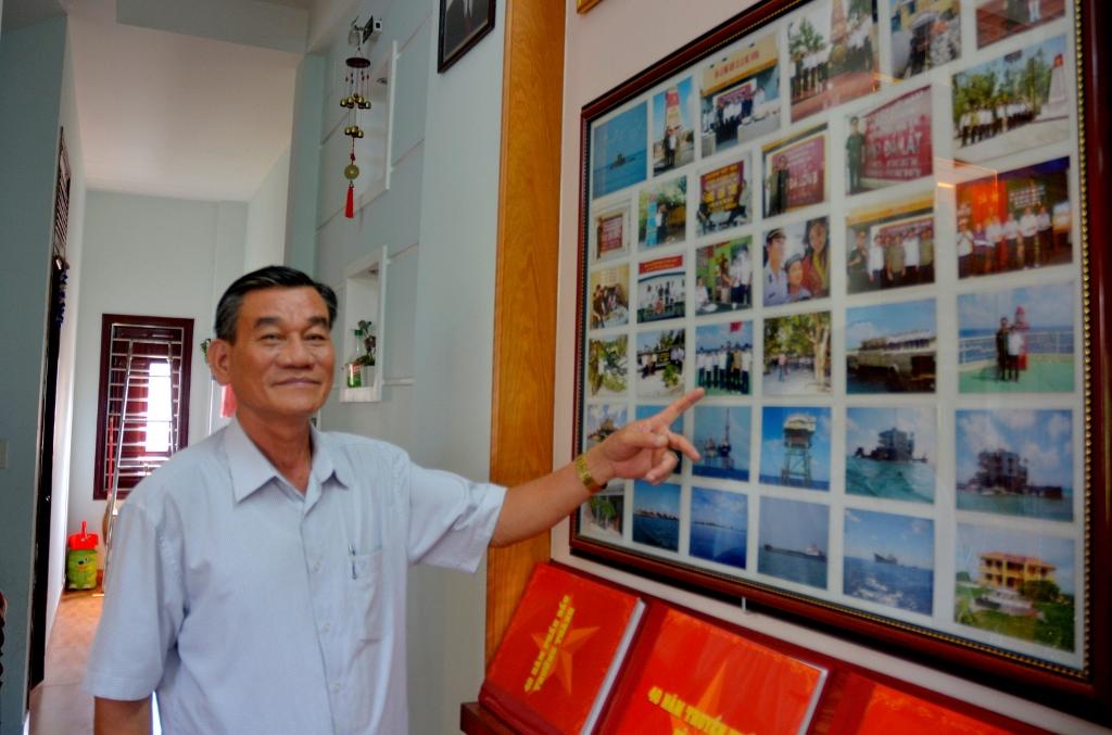 Thiếu tướng Hoàng bên góc ảnh kỷ niệm chuyến thăm lại Trường Sa năm 2009. Ảnh: XUÂN THỌ