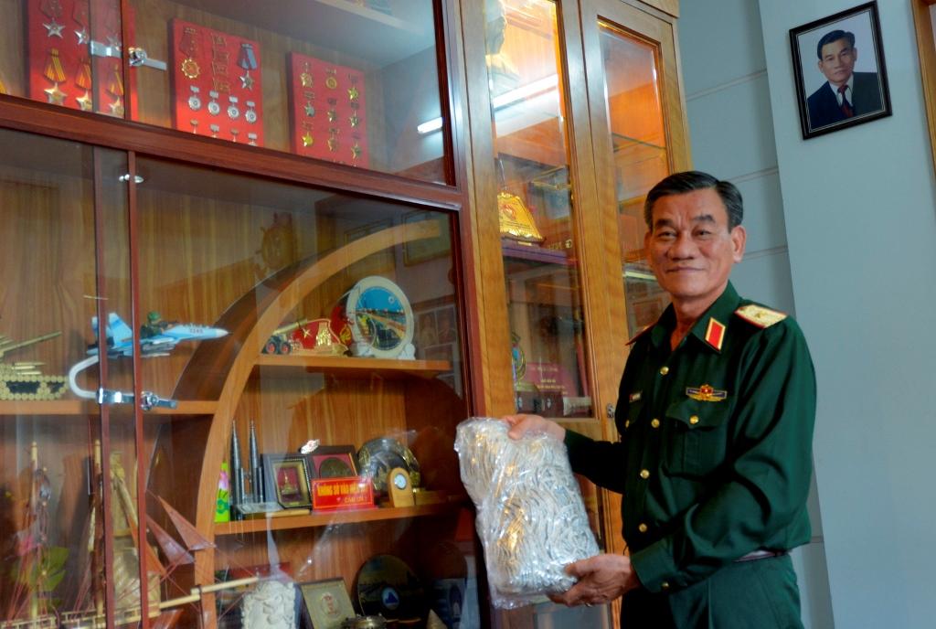 Chiếc võng đan khi làm nhiệm vụ ở Trường Sa, giờ sợ bị hưng hỏng nên Thiếu tướng Hoàng cất giữ rất cẩn thận. Ảnh: XUÂN THỌ