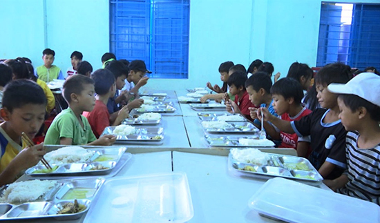Bữa cơm trưa của học sinh bán trú ở Nam Trà My. Ảnh: Tuấn Tú