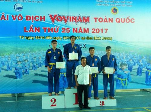 VĐV Đỗ Thế Vũ (bục cao nhất) nhận huy chương vàng. Ảnh: P.Lai