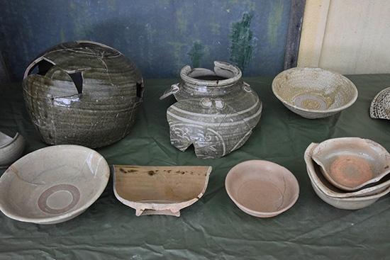 Một số hiện vật khai quật từ địa điểm khai quật khảo cổ gò Cây Me.