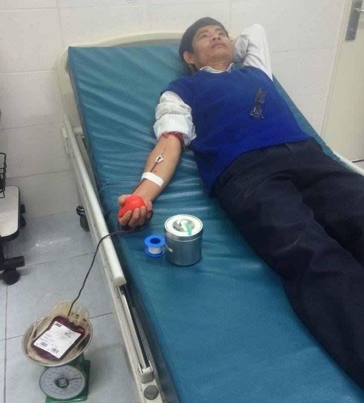 Thầy giáo Huỳnh Văn Sáu hiến máu tại bệnh viện để giúp đỡ bệnh nhân. Ảnh: QUAN DUYÊN