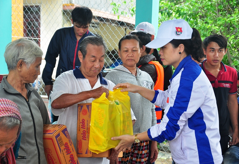 Bí Thư Tỉnh đoàn Phạm Thị Thanh trao quà cho các hộ gia đình bị thiệt hại. Ảnh: VINH ANH