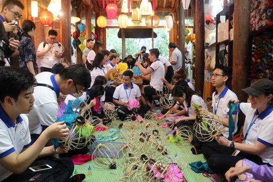 Hơn 100 bạn trẻ quốc tế đã trải nghiệm cách làm lồng đèn Hội An