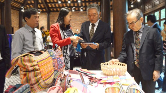 More than 10 typical handicrafts groups of Quang Nam province presented at the shop