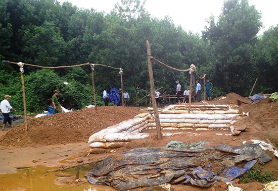 Lãnh đạo huyện Tiên Phước kiểm tra tình trạng khai thác vàng trái phép tại Vực Bộng, thôn 3, xã Tiên Lập.