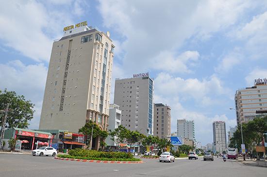 Các khách sạn trên đường Phạm Văn Đồng, TP.Đà Nẵng. Ảnh: VĂN SANH