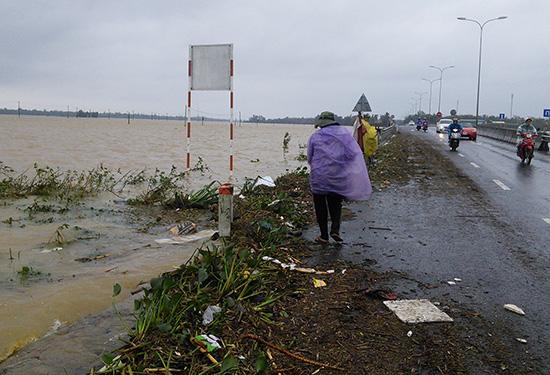 Môi trường và nguồn nước ô nhiễm sau mưa lũ là nguyên nhân phát sinh dịch bệnh. ảnh: C.N