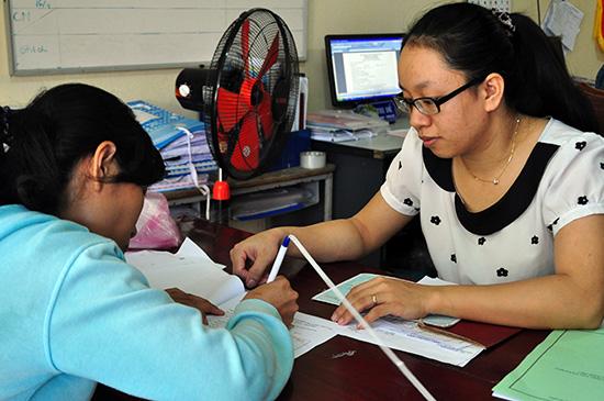 Chị Trần Thị Đề (phải) luôn nhiệt tình khi tiếp và làm việc với công dân. Ảnh: N.Q