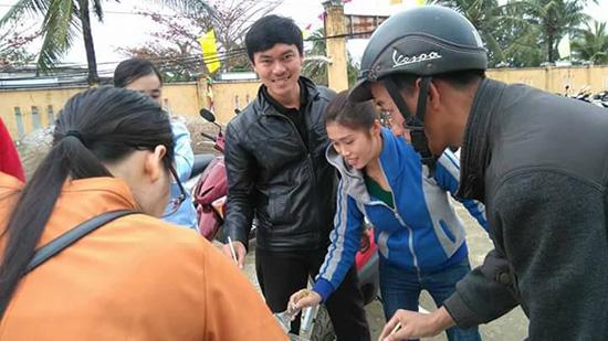 Phó Chủ tịch UBND xã Tam Thanh - Lê Ngọc Ty (giữa) tham gia hoạt động cùng người dân ở cơ sở. Ảnh: N.Q