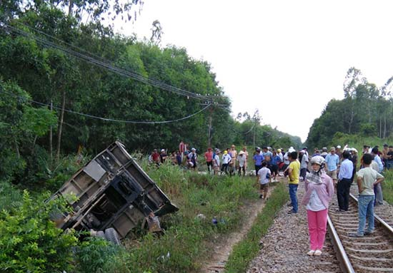 Một vụ tai nạn nơi đường ngang giao với đường sắt tại Quế Sơn. Ảnh: C.T