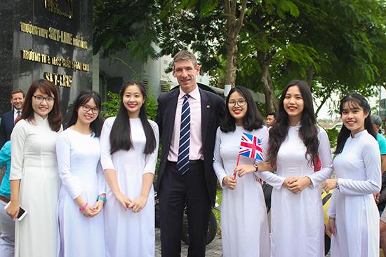 Học sinh của hệ thống giáo dục SKY-LINE chào đón Đoàn Đại sứ Anh quốc. Ảnh: X.LAN