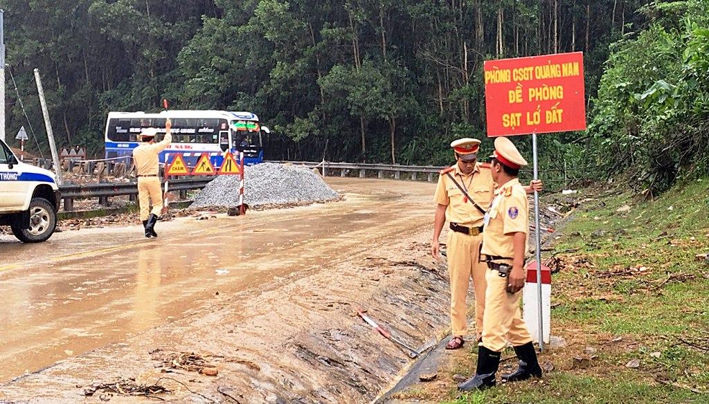 Lực lượng CSGT cắm biển cảnh báo sạt lở trên tuyến đường Hồ Chí Minh. Ảnh: CA cung cấp