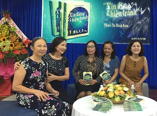 Tác giả Phan Thị Minh Hiền (thứ hai từ trái qua).