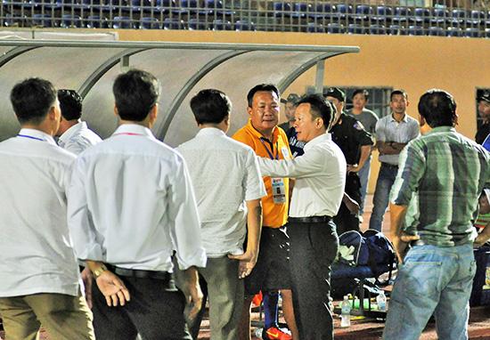 Cơ chế bóng đá Việt Nam cho phép bầu Hiển tài trợ nhiều đội bóng.  Trong ảnh: Bầu Hiển nói chuyện với lãnh đạo và ban huấn luyện đội Quảng Nam.