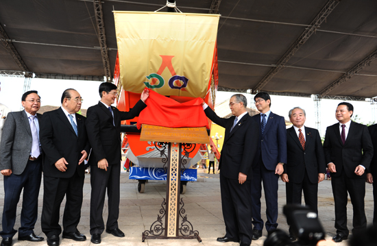 Bí thư tỉnh ủy, Nguyễn Ngọc Quang và ngài Nakamura Houdou, tỉnh trưởng Nagasaki cùng lãnh đạo tỉnh hai bên chứng kiến nghi lễ trao tăng Châu ấn thuyền.