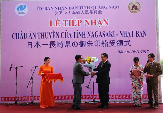 Chủ tịch UBND TP.Hội An tặng hoa thay lời cảm ơn đến tỉnh Nagasaki kết nghĩa