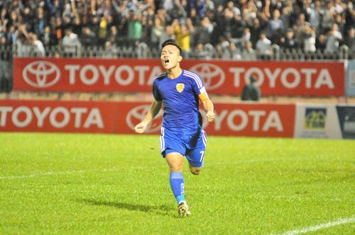 Niềm vui của Thanh Trung sau khi ghi bàn từ chấm 11m. Ảnh: T.Vy