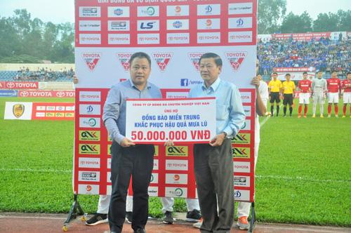Đại diện VPF trao tiền ủng hộ đồng bào bị lũ lụt cho ông Lê Thái Bình-Phó Chủ tịch Ủy ban MTTQ Việt Nam tỉnh. Ảnh: T.Vy