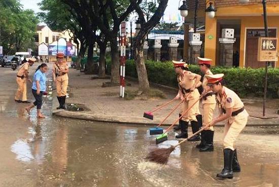 Lực lượng CSGT tham gia dọn dẹp vệ sinh ở phố cổ Hội An. Ảnh: T.C