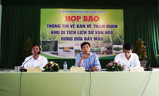 Lãnh đạo TP.Hội An xã Cẩm Thanh chủ trì buổi họp báo.