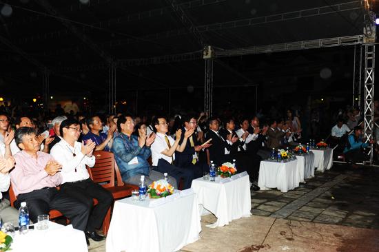 Lãnh đạo tỉnh và lãnh đạo, nghệ sỹ của hai thành phố Hội An - Andong và đông đảo người dân, du khách tham dự lễ khai mạc