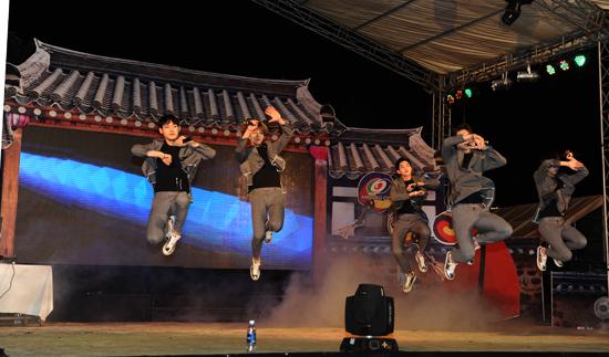 Nhóm nhạc Kpop Rion Five nổi tiếng Hàng Quốc trình diễn tại đêm giao lưu