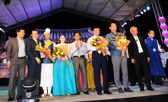 Lãnh đạo TP.Hội An tặng hoa cho các nghệ sỹ Andong trình diễn nhiều tiết mục đặc sắc