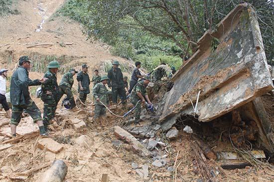 Các lực lượng cứu hộ tìm kiếm thi thể 4 công nhân bị vùi lấp tại nhà máy thủy điện Nước Oa. Ảnh: T.Anh