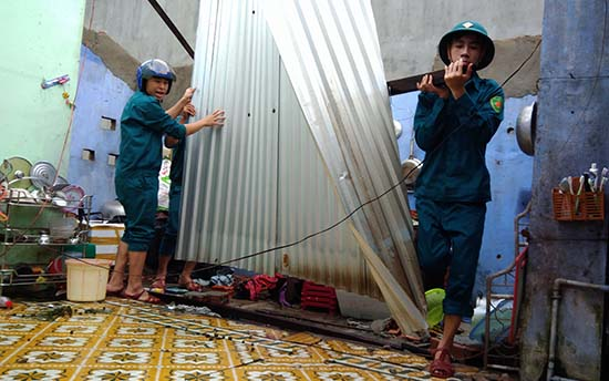 Dân quân thường trực xã Tam Hải sửa chữa nhà dân sau trận lốc xoáy. Ảnh: Đ.Đạo
