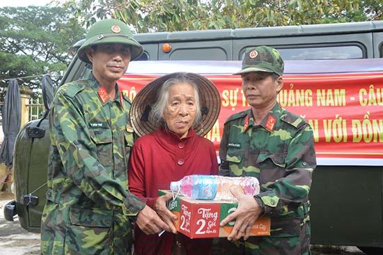 Cán bộ Ban Chỉ huy Quân sự tỉnh tặng quà cho bà con vùng lũ xã Duy Trinh (Duy Xuyên). Ảnh: T.Trang