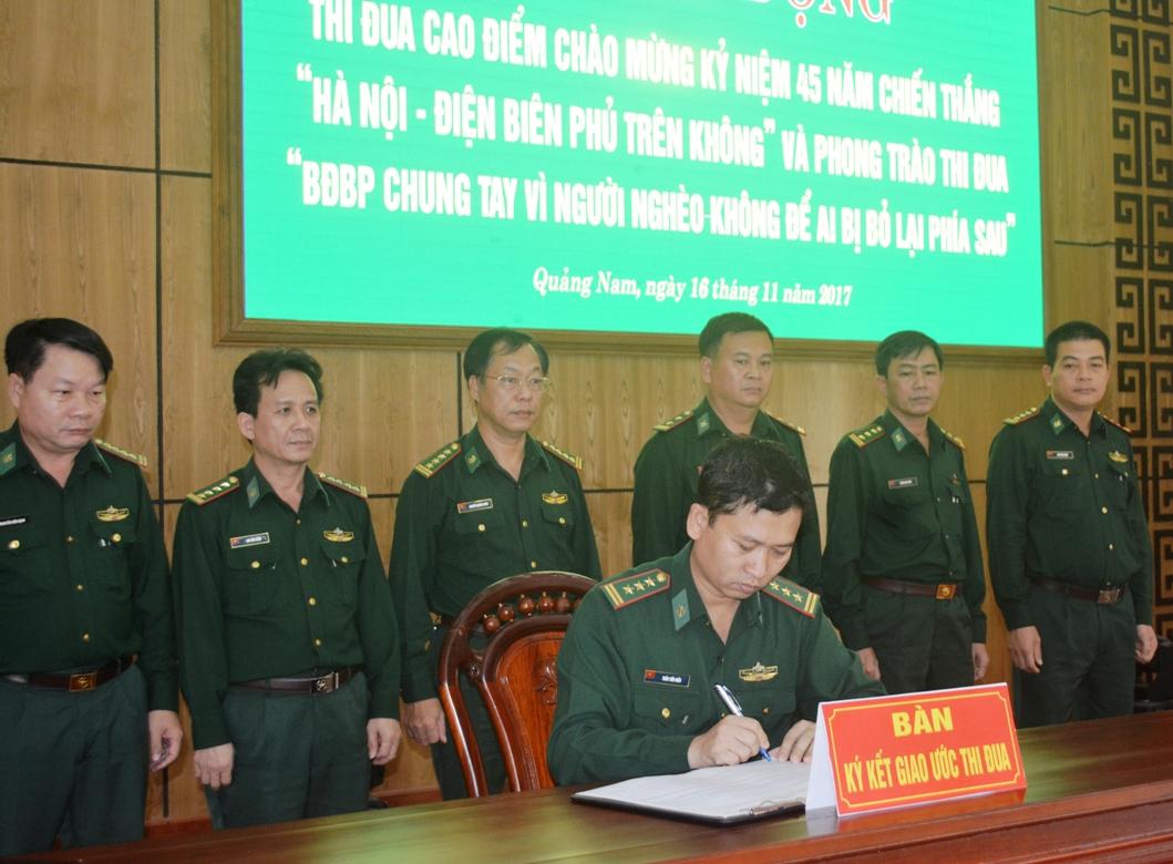 Đại diện lãnh đạo các phòng, Văn phòng khối cơ quan Bộ đội Biên phòng tỉnh ký giao ước thi đua.