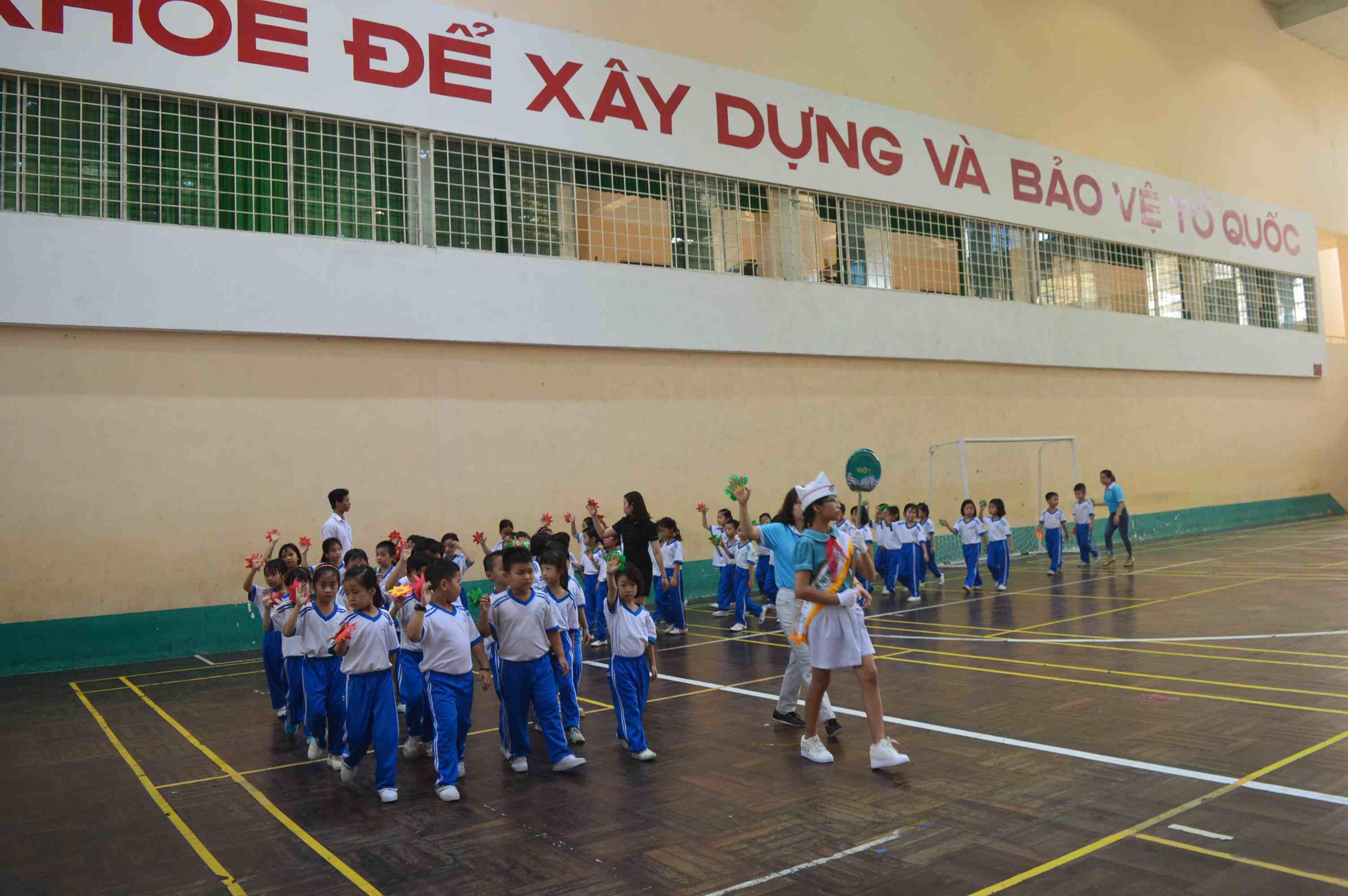 Học sinh khối lớp 1 của trường diễu hành tại buổi lễ. Ảnh: Q.T