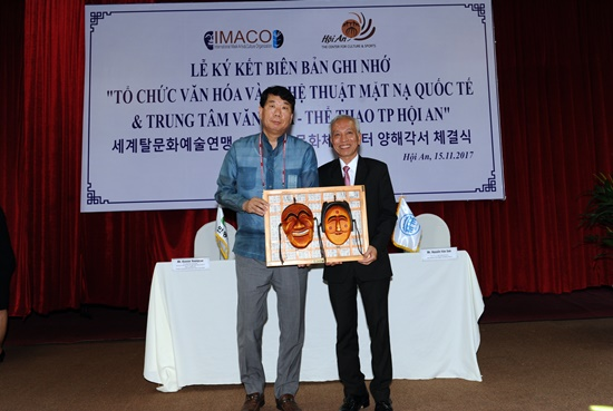 Representative of IMACO (left) and Director of the Hoi An city's Center for Culture and Sports Vo Phùng