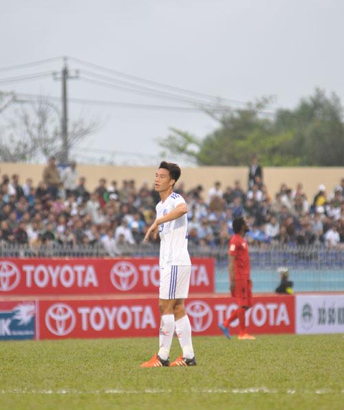 Huy Hùng sớm rời sân khiến cho tuyến giữa của Quảng Nam chơi không đúng sức. Ảnh: T.Vy