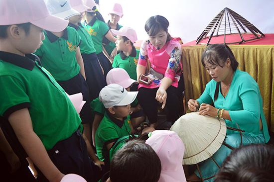 Liên hoan làng nghề là cơ hội để các làng nghề xứ Quảng quảng bá sản phẩm đến công chúng.