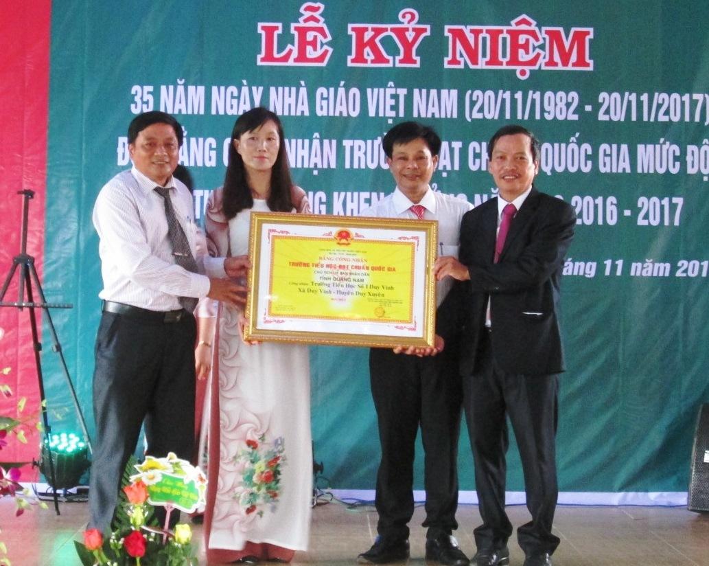 Trao Bằng công nhận đạt chuẩn quốc gia mức độ 2 cho lãnh đạo Trường Tiểu học số 1 Duy Vinh.  Ảnh: HOÀI NHI