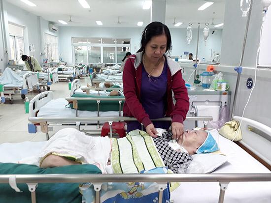 Chị Huỳnh Thị Hương đang chăm sóc cho bệnh nhân. Ảnh: P.NAM