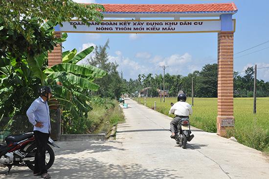 Với sự đồng thuận của nhân dân, diện mạo làng quê nông thôn mới của xã Tam Xuân II ngày càng khởi sắc. Ảnh: HÀN GIANG
