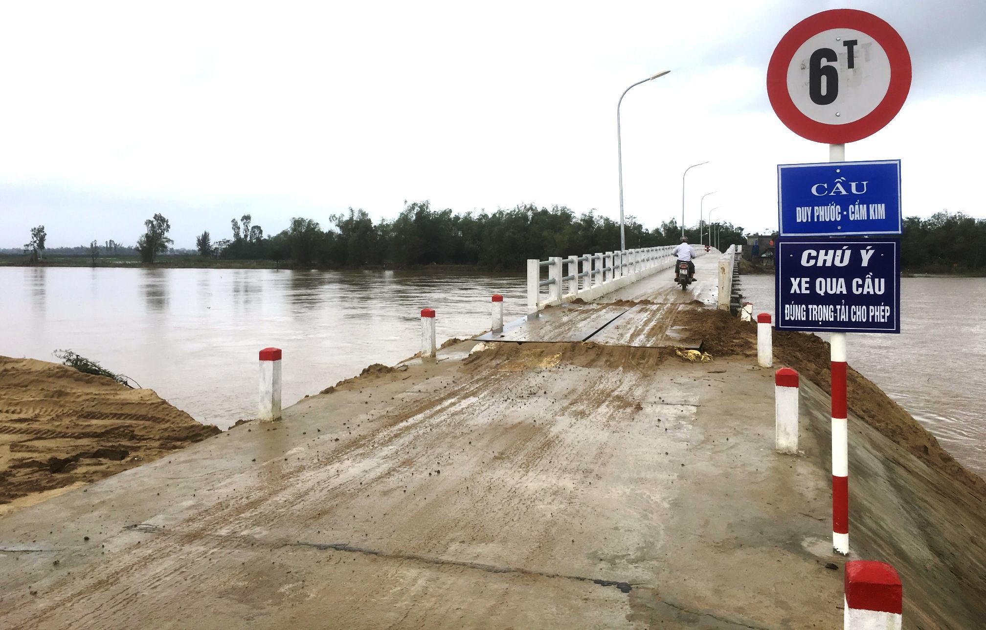 Mố cầu phía Đông đã bị sạt lở sau đợt lũ lụt vào đầu tháng 11 vừa rồi. Ảnh: PHAN VINH