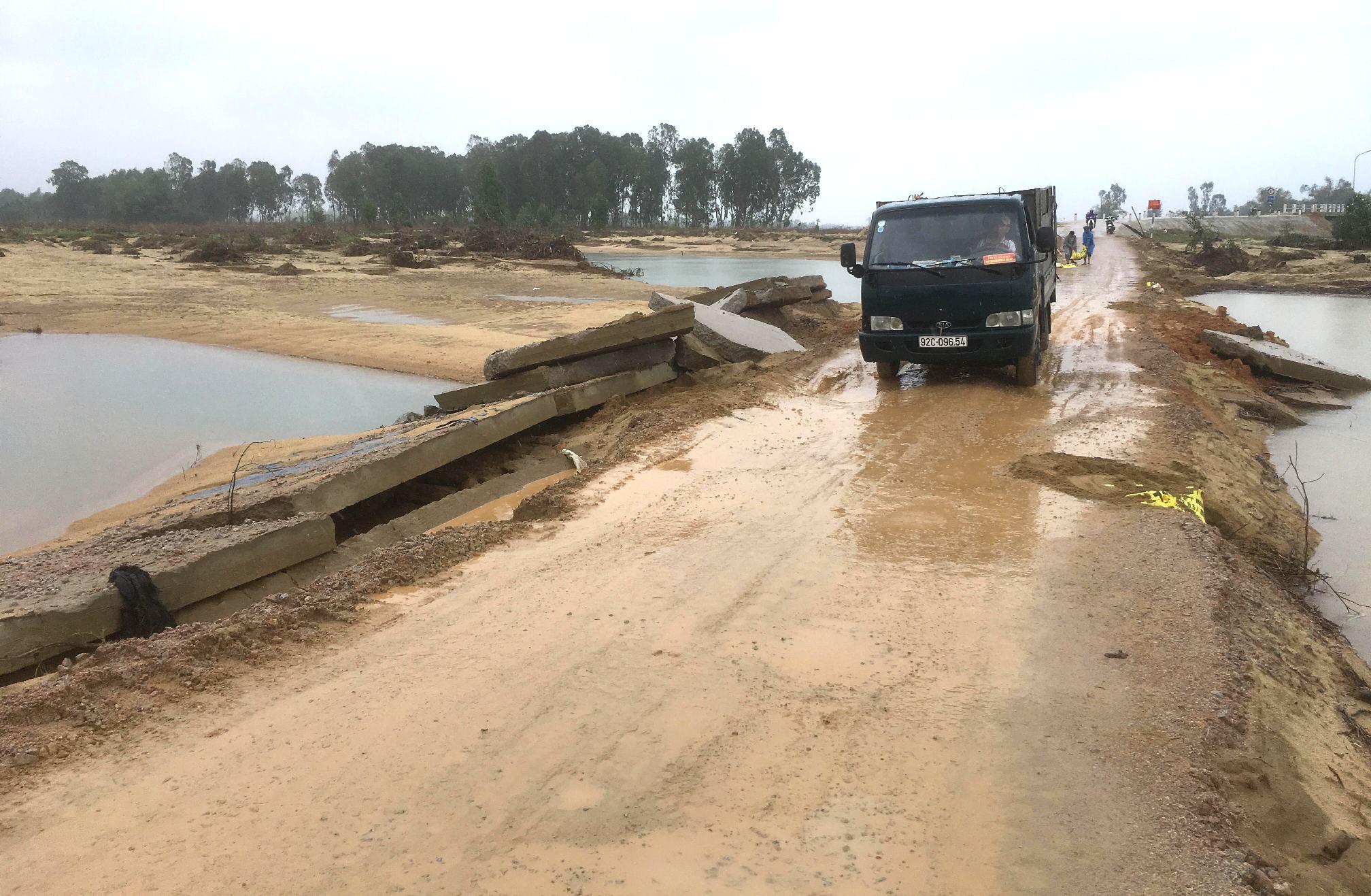 Phần bê tông của đường dẫn phía Đông đã bị bong tróc hoàn toàn 130m. Ảnh: PHAN VINH