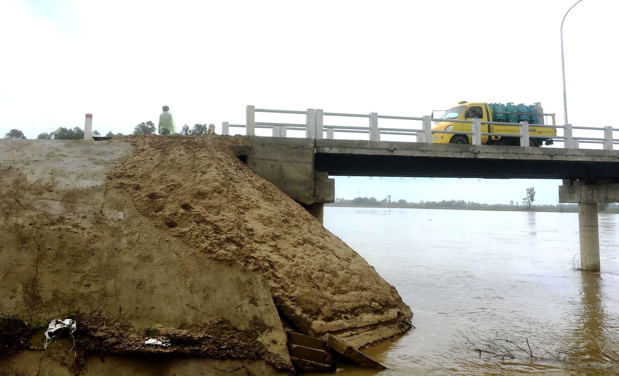 Mố cầu phía Đông sạt lở, đơn vị thi công đã đắp đất nhằm hạn chế thêm mức độ hư hỏng của cầu. Ảnh: PHAN VINH
