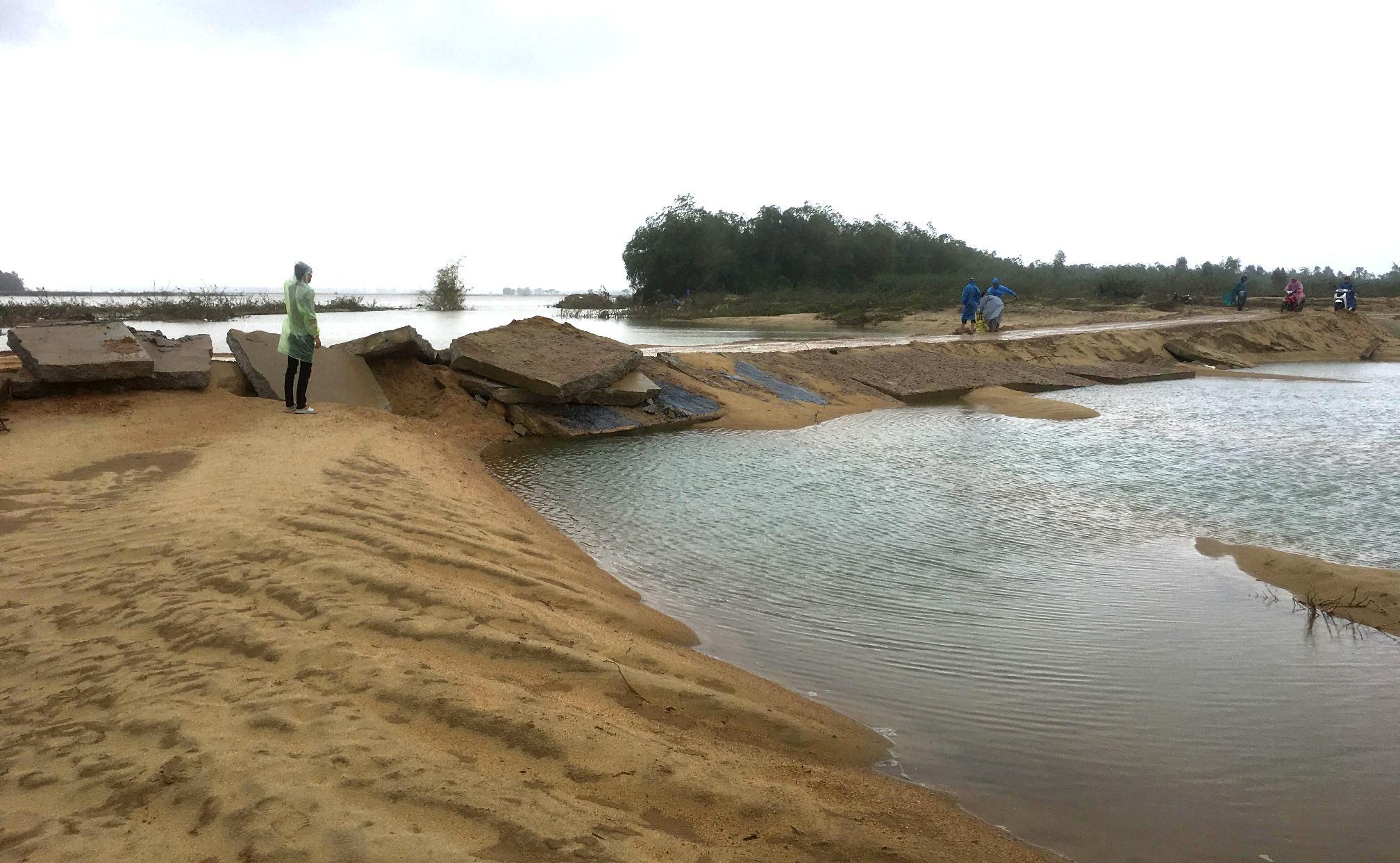 Do thiết kế ban đầu không phù hợp với nên sau khi hoàn thành công trình đã làm thay đổi dòng chảy và xuất hiện một nhánh sống mới cắt đường mỗi khi nước lớn. Ảnh: PHAN VINH