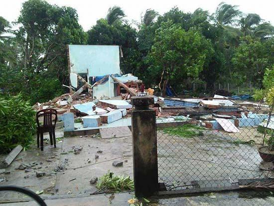 Ngôi nhà của anh Nhân bị sập hoàn toàn sau cơn lốc xoáy. Ảnh: Đ.Q