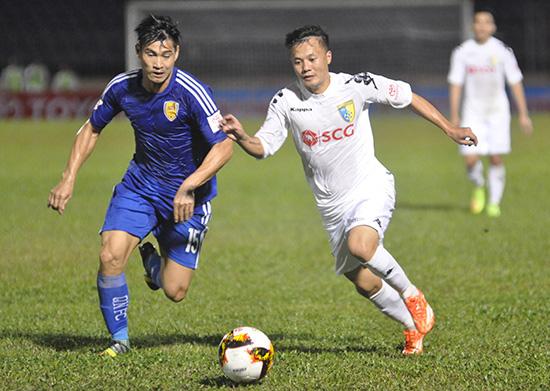 Hà Nội và Quảng Nam đã có trận đấu sòng phẳng trên sân Hàng Đẫy cuối tuần qua. Trong ảnh: hậu vệ Văn Phong của Quảng Nam theo sát Thành Lương (bên phải) của Hà Nội. Ảnh: AN NHI