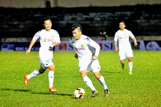Hà Nội nắm quyền tự quyết cho chức vô địch nhưng sẽ không dễ khi phải thi đấu trên sân Than Quảng Ninh. Ảnh: T.VY